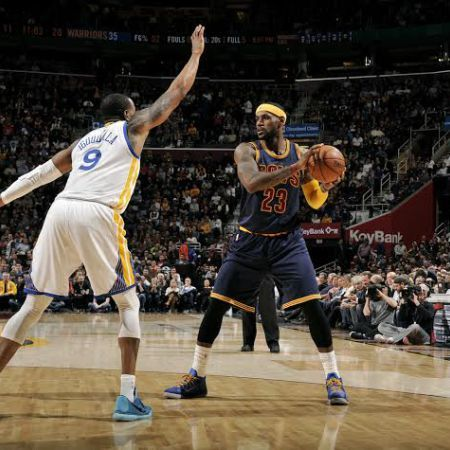 CLEVELAND, OH - FEBRUARY 26: LeBron James #23 of the Cleveland Cavaliers handles the ball against the Golden State Warriors at The Quicken Loans Arena on February 26, 2015 in Cleveland, Ohio. NOTE TO USER: User expressly acknowledges and agrees that, by downloading and/or using this Photograph, user is consenting to the terms and conditions of the Getty Images License Agreement. Mandatory Copyright Notice: Copyright 2015 NBAE (Photo by David Liam Kyle/NBAE via Getty Images)