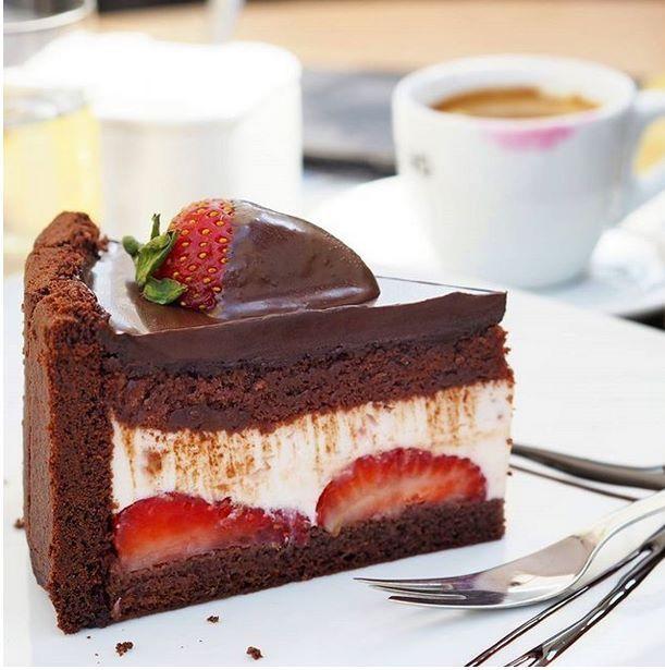 Novinka v #cacaopraha - jahodový dort s čokoládou  děkujeme za fotografii od: smooth cooking