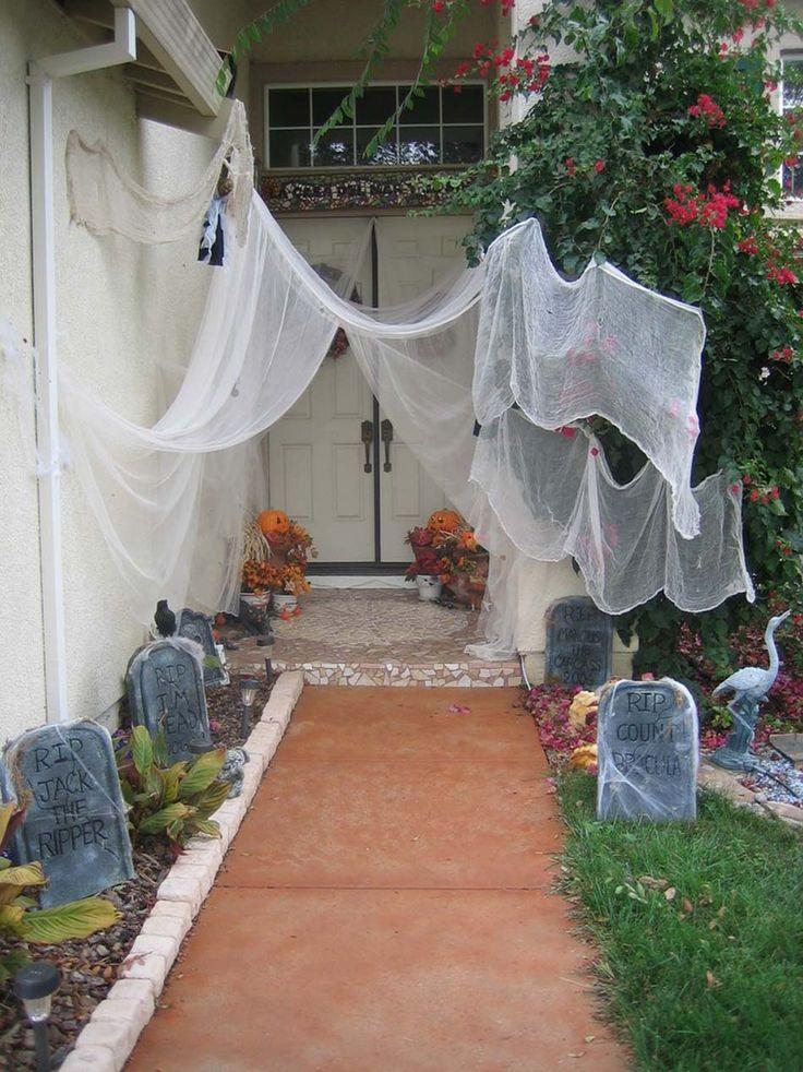 L'allée de la maison change de visage et devient un cimetière hanté