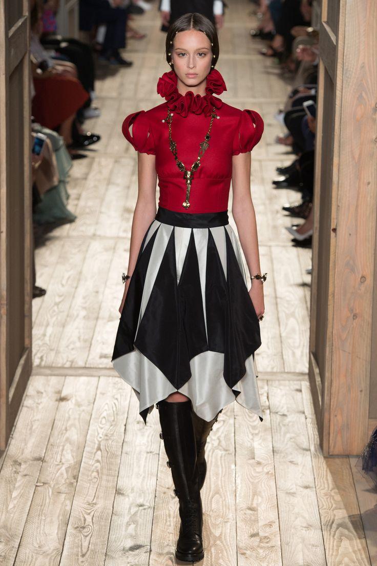 Défilé Valentino Haute Couture automne-hiver 2016-2017 18 MOI chemise satin bouton dos col <pierrot Yves Saint Laurent Rive Gauche