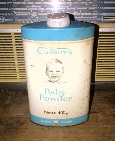 Bedak bayi Cussons diatas masih ada isinya, tapi karena kemasan lama yang terbuat dari kaleng, jangan coba menggunakannya lagi ya gan, kalau gak mau gatal gatal jadinya...heheheheh. Kondisi dapat diperhatikan sendiri pada gambar. Ukuran besar 500 Gram