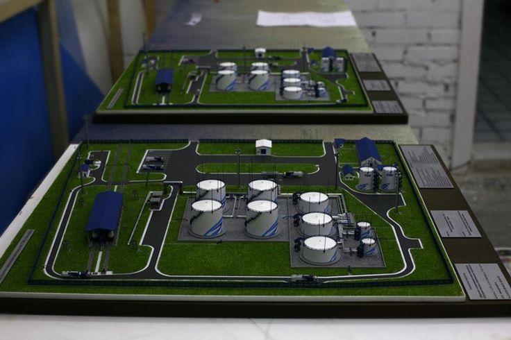 Макет топливно заправочного комплекса для самолетов | Макетная мастерская «Бэст макет». Изготовление макетов для выставок, в офисы продаж.