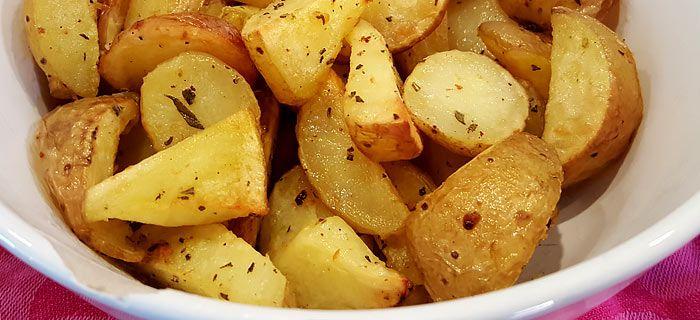 Misschien wel de lekkerste aardappeltjes uit de oven. Met olie van knoflook en rozemarijn. En als bonus een receptje voor wortels in honing en tijm, smullen dus :)