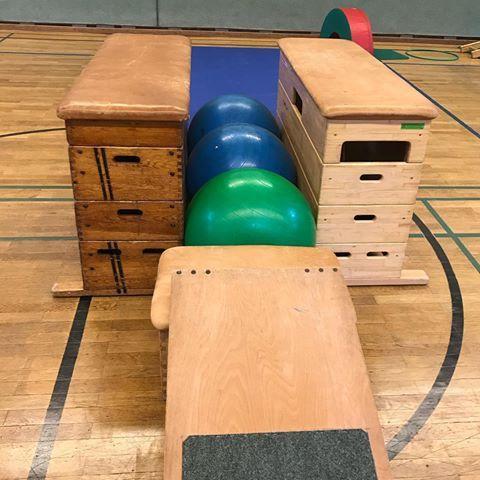 Ich hab gestern mal wieder was komplett Neues ausprobiert und die Kinder fanden es total toll auf den Gymnastikbällen zu hüpfen. Während der Stunde… – Domey Dy Namite