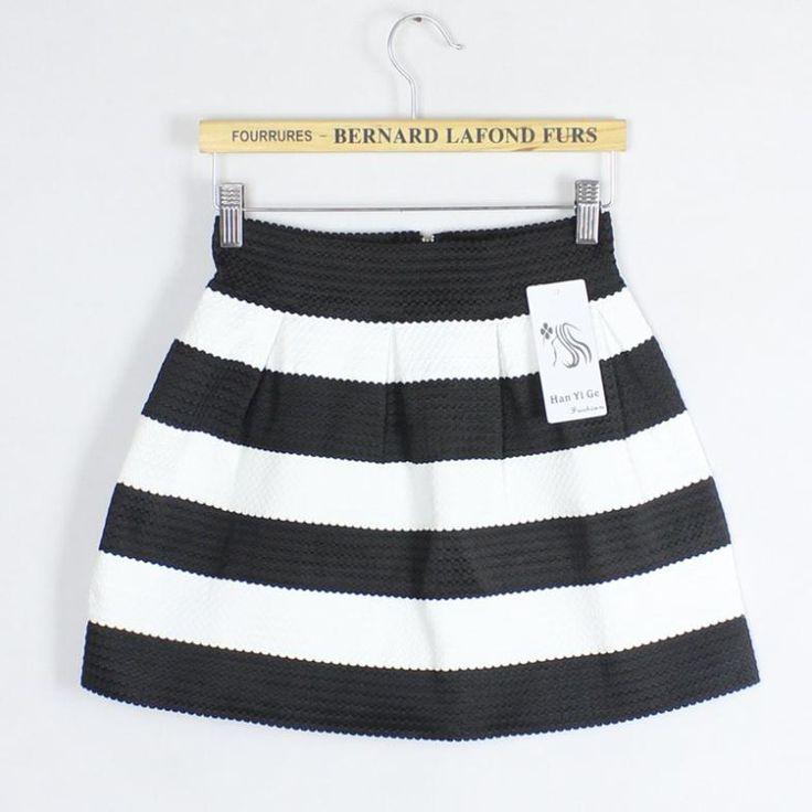 Falda de vuelo blanca y negra