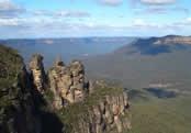 Het Blue Mountains NP ten noordwesten van Sydney staat algemeen bekend als één van de mooiste 'bushwalking' gebieden ter wereld. U vindt er eindeloze eucalyptusbossen' beangstigend diepe kloven en krachtig neerstortende watervallen. De typisch blauwe damp die constant in het gebied hangt' is afkomstig van de olie die door de aanwezige inheemse eucalyptusbomen wordt afgegeven. Op het hoogtepunt van de wandeling wordt deze blauwe waas zichtbaar en kunt u genieten van het uitzicht op de vallei