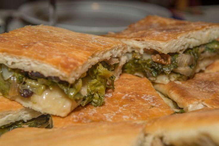 Capperi, pinoli e verdure: tutti i dilemmi della pizza con la scarola