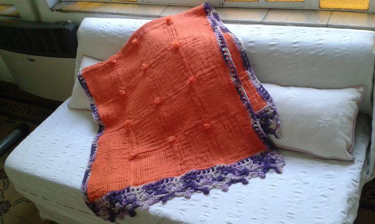 Manta de lana tejida en telar cuadrado, con borde al crochet