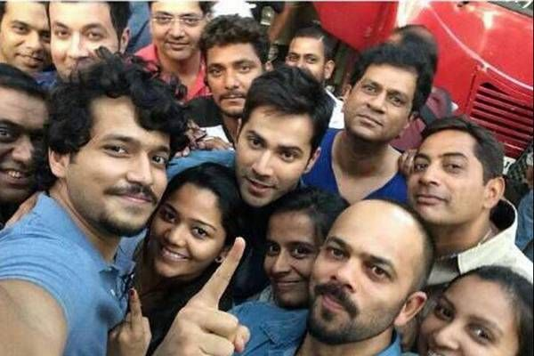 Team Dilwale begins the shoot with a 'groufie'