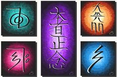 Hay cinco simbolos Reiki que se utilizan en el proceso de sintonización de Reiki Usui. Los primeros cuatro de los cinco símbolos también se utilizan cuando se hacen tratamientos de Reiki (ambas man…