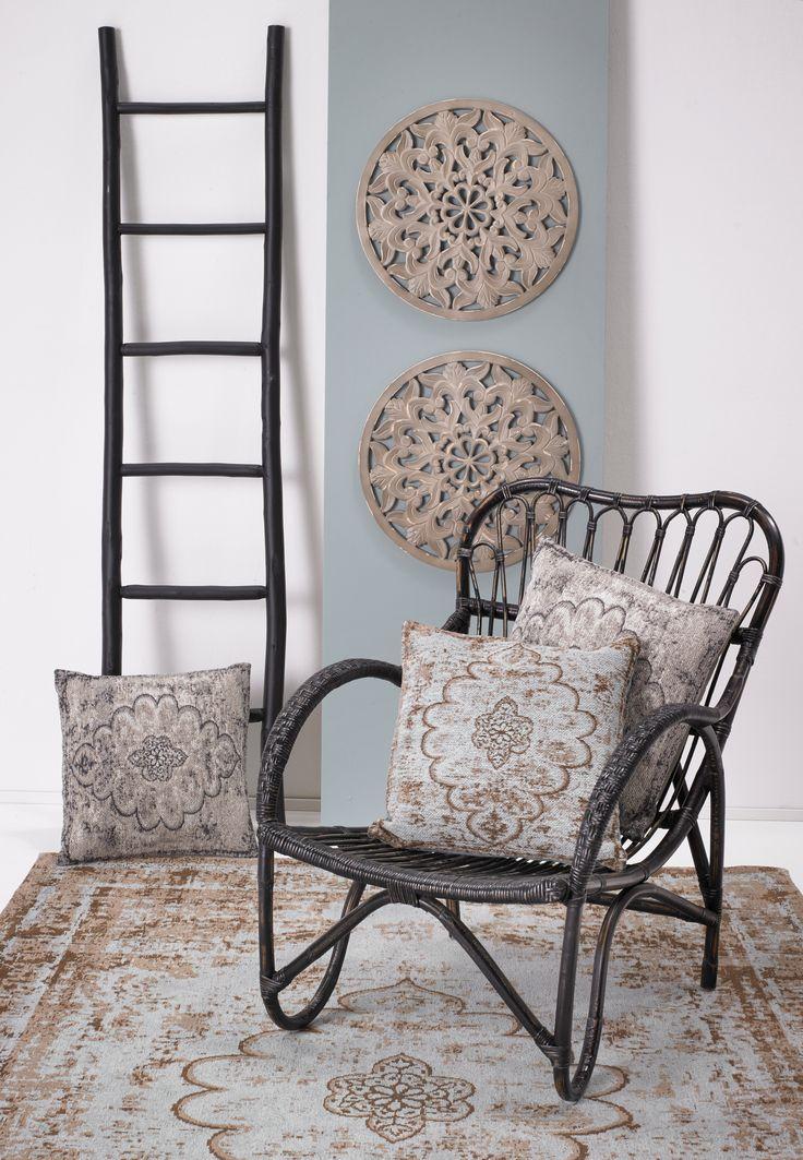 Hou jij van een wereldse woonstijl? Combineer je rotan fauteuil met kussens en vloerkleden met een Oosters dessin #wonen #interieur #wereldswonen #fauteuil #oosters #vloerkleed