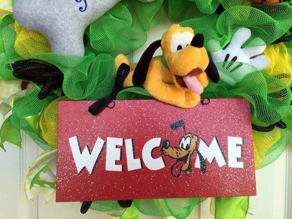 Pluto Disney guirnalda, guirnalda de Pluto, Pluto Bienvenido guirnalda, guirnalda de bienvenida Para los fans de Disney que encantan a Pluto, esta es la guirnalda para ti! Sólo una querida, sencilla bienvenida corona de Plutón, su hueso y el sombrero del oído de Mickey Pluto, para colgar en su porche o puerta. Un guante blanco de Mickey da a visitantes una onda Hola.  Corona se hace con malla deco verde y amarillo, cinta de impresión chevron amarillo, cinta de lunares verdes y deco negro…