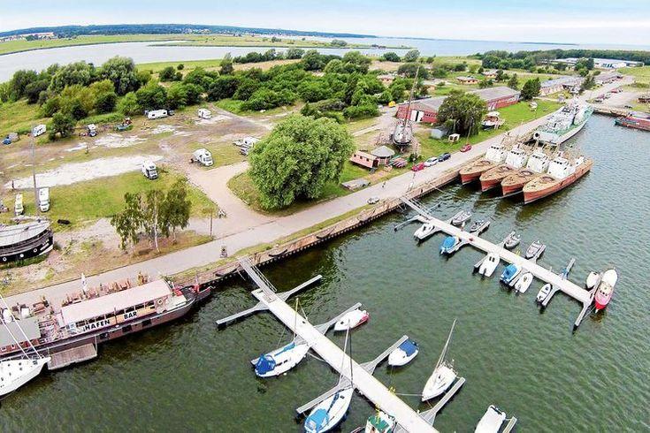 Maritime Meile mit Sportbooten, Museumsschiffen und Hafenbar in Peenemünde
