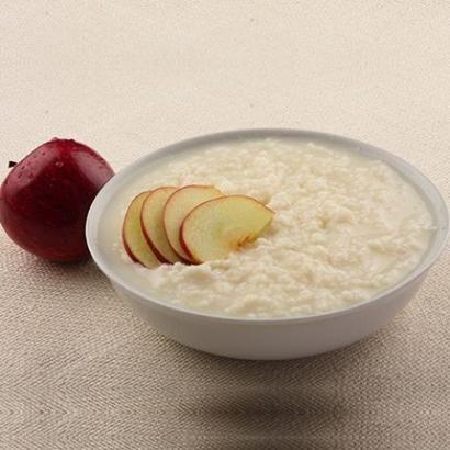 Pirinçleri yıkayın 1 bardak kaynar su ile 15 dakika pişirin. 1 elmayı püre haline getirip pirinçlere ekleyin ve 10 dakika pişirin. Ocaktan aldıktan so...