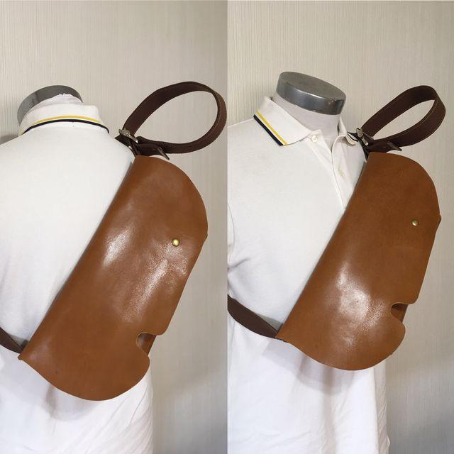 あくまで『一枚レザー』にこだわり、作製されたメッセンジャーバッグ。牛革天然高級皮革のオイルヌメウイスキーキャメルレザーに蝋引き糸で手縫い刺繍しております。一つ一つハンドメイドの作製で、本革なので使えば使うほどに年々味が出てきます。開閉はマグネットを採用。...
