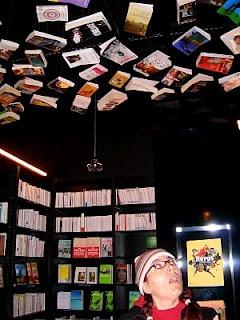 librairies bruxelloises (2):  Filigranes: une des plus grandes librairies du monde,ouverte 365 jours par an.rayon presse bien fourni et café intérieur.  Täschen: livres d'art, mais à des prix défiant toute concurrence  Tropismes:la librairie principale est un local à l'ancienne absolument grandiose. annexe située un peu plus loin dans les Galeries Royales et baptisée L'Appartement. C'est là que l'on trouve la littérature jeunesse et un adorable espace très bien fourni en bande dessinée.