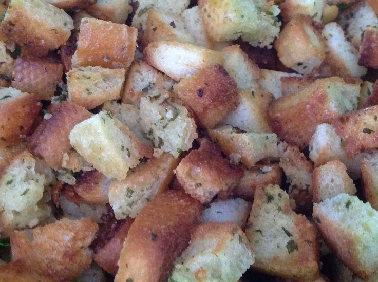 """Croûtons à l'ail maison Fondre le beurre à l'ail au micro-ondes. Ajouter les morceaux de pain et bien enrober. Cuire au four à """"broil"""", retourner au besoin. JR"""