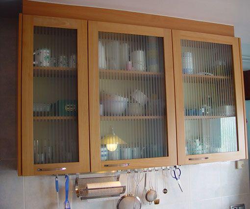 Detalle de vitrina en una de nuestras cocinas a medida en Madrid. Fabricada por Alpis.