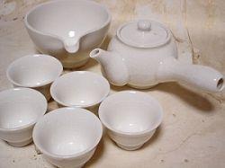 韓国の茶器。全体的に白や緑のものが多いようです。