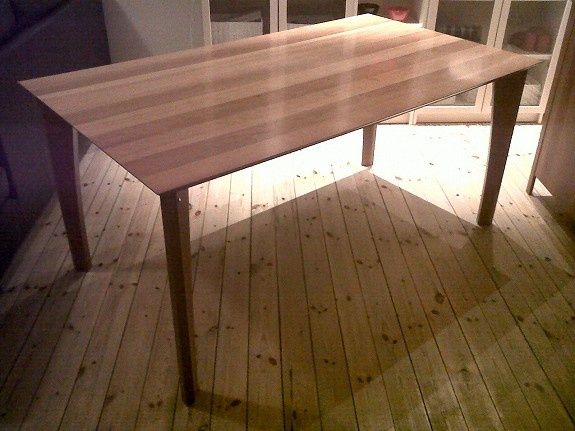 Pent brukt spisestuebord og sjenk til salgs. Bordet har 1 stk. innleggsplate.     Bordet er 159 x 90 cm