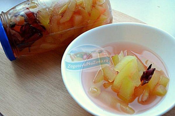 Маринованные арбузные корки на зиму... Маринованные арбузные корки на зиму благодаря яблочному уксусу и пряным специям имеют острый и пикантный вкус и несколько напоминают маринованные огурцы. Употреблять их можно непосредственно, достав из банки. Также их используют в салатах, например, в винегрете или оливье, кладут в рассольник, добавляют к мясным и рыбным блюдам.