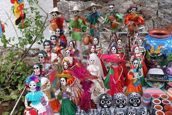 1.- Las calaveras tradicionales de MÈxico expuestas en un puesto de artesanÌa de la ciudad central de Taxco.