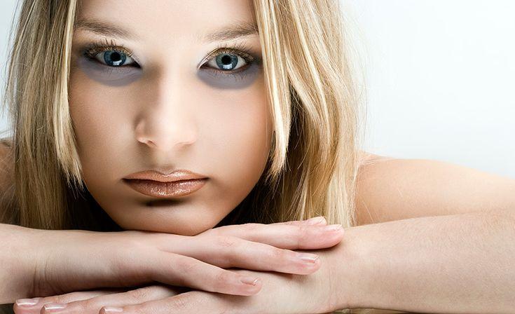 Die kosmetische Abtragung der blauen Flecke unter den Augen