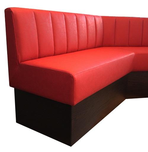 Soffa specialtilverkad för bowlinghall.  Rött tåligt konstläder anpassat för offentlig miljö, sockel i valnötsfanér. AZ design erbjuder ett brett sortiment av möbler till restauranger. #azdesign #restaurangmöbler #restauranginredning #röd #soffa