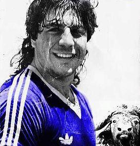 Juan Gilberto Funes: Es uno de los dos entre los 11 grandes ídolos de Millonarios que no quedó campeón con el equipo. Sin embargo, este argentino que murió a los 29 años por problemas del corazón, dejó una huella imborrable por su humildad, su potencia goleadora y su físico exuberante, que le hicieron ser llamado 'El Búfalo de San Luis'. Se vistió de azul y blanco entre 1984 y 1986.