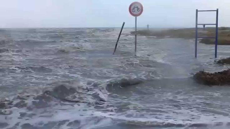 Ob verboten o nicht #Radfahren war heute eh nicht drin Land unter am #Hundestrand nach #Sturmtief #Felix 11.01.15. Mar del Norte, marea de tormenta, las inundaciones, Diga Nord, Mare del Nord #inondazione, North Sea, storm surge, flooding, Mer du Nord, les ondes de tempête, les inondations,  Kuzey Denizi, firtina kabarmasi, sel, Nordsøen, stormflod, oversvømmelser, Pohjanmeren, myrskyt, tulvat http://youtu.be/KnlwEecJ2rU