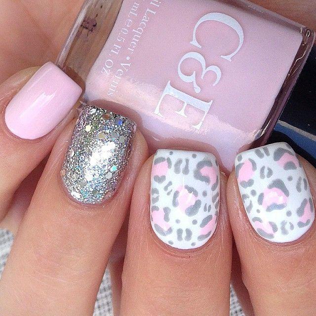 Uñas en tono rosa con toque animal print y plateado!