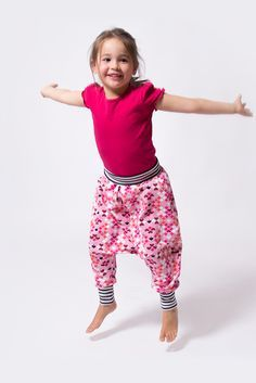Eine Pumphose für Kinder einfach selber nähen - auch für Nähanfänger! Im pattydoo Nähvideo Tutorial sind alle Schritte genau erklärt.