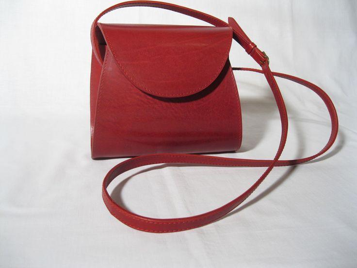 MANDELINKA Dámská řezaná kabelka střední velikosti. Uvnitř vybavená malou textilní kapsičkou, uzavíratelná na magnet. Barva tmavě červená. Vybavena nastavitelným držadlem se zapínáním na přezku. Rozměry: Délka držadla: 136 cm Délka u dna: 21 cm Délka nahoře: 18 cm Výška: 18 cm Šířka: 8 cm