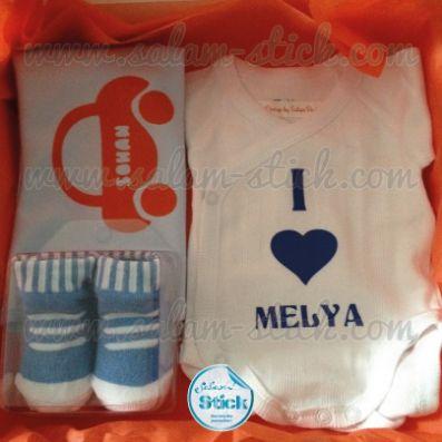 Coffret naissance garçon (bavoir, body, chaussettes) #Body #cadeau #naissance #baby #babyshower #bebe #bavoir #salamstick #coffret