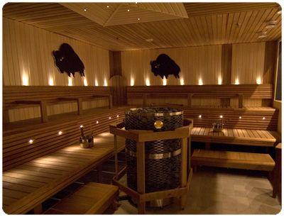30m2 sauna. Lämpöhaapa lauteet yhdistettynä vaaleisiin haapa seinä paneliin.