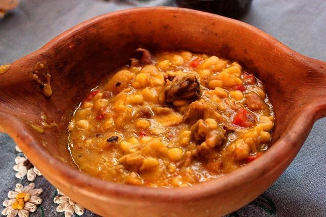 Locro Pulsudo.  Ingredientes:  1/2 de Mondongo. 1k de Falda. 1/2 Bondiola se Cerdo. 🐷  100g de Panceta. 2 Chorizos parrilleros. 1 Chorizo Colorado. 2 Cebollas Grandes.  1/2 Zapallo Cabutia 🇬🇸 1 Pimiento Rojo  500g de Porotos Alubia. 500g de Maíz Blanco. En una Olla con Sal Gruesa, Remojas los Porotos y el Maíz 8hs. Luego le das cocción larga, junto con la Calabaza 🎃 y El Mondongo (cortados en Cubos) En otra Olla (La Principal), con un chorro de aceite caliente, agregas las Cebollas…