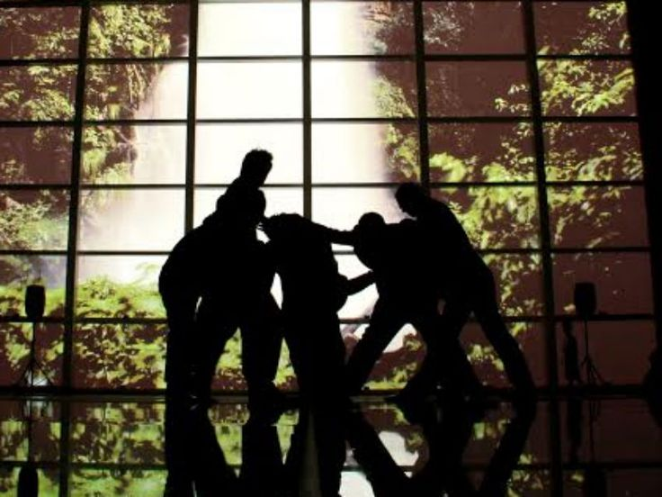"""Com a proposta de incitar o público e levantar a questão de que o homem capitalista perdeu sua sensibilidade, o coletivo Grua - Gentlemen de Rua se apresenta no espetáculo de dança """"Corpos de passagem""""."""
