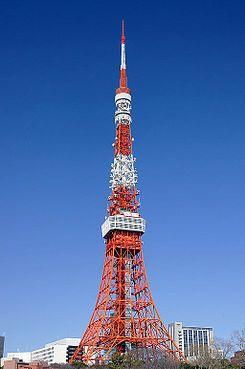 """""""La Torre de Tokio"""" mide 332,6 metros de altura. Pesa unas 4.000 tonelas de hierro. Su función principal es como antena de transmisión de señales analógicas, y desde el 2003 transmite en digital para el área de Kanto. Es una de las principales atracciones turísticas de Tokio."""