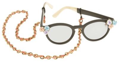 Zwart montuurtje? How very boring. Een coole zomerbril customize je dit seizoen gewoon zelf. Maak van de ronde zonnebril (de musthave van nu) een pimp project.    In Fashionista zie je je hoe je deze bril maakt.