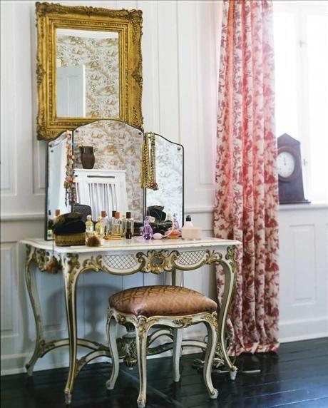 """Obligatoriskt i ett """"old fashion"""" dressingroom – en sminkbordsmöbel i fransk rokokostil, från Green..."""