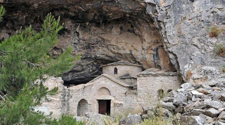 Εν Ελλάδι: Τι πρέπεινα ξέρετε για τη μυστηριώδη σπηλία του Νταβέλη