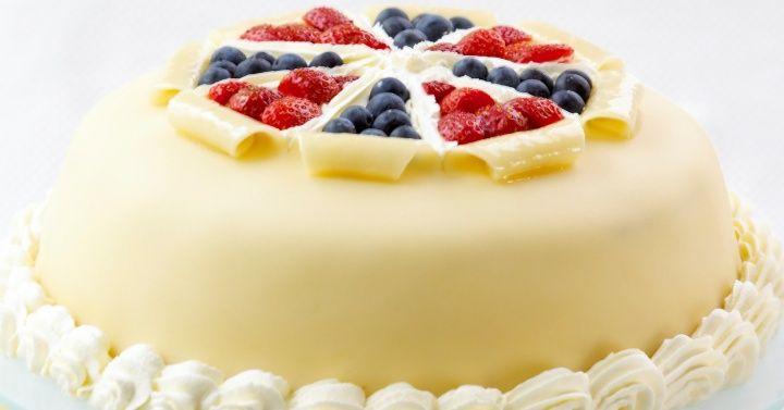 Norwegian marzipan cake for the great celebration day - recipe here: http://www.melk.no/oppskrifter/kaker-bakst/festkaker-blotkaker/marsipankake-til-den-store-festdagen/