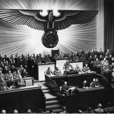 Фашистський режим назвав свою державу Третій Рейх. Який Рейх був першим? Священна Римська Імперія! Священну Римську Імперію було засновано в 962 році і існувала вона - постійно змінюючи свої кордони - до 1806 року, коли була остаточно розділена під час наполеонівських воєн. Другим рейхом вважали німецьку державу з 1871 по 1918 роки.