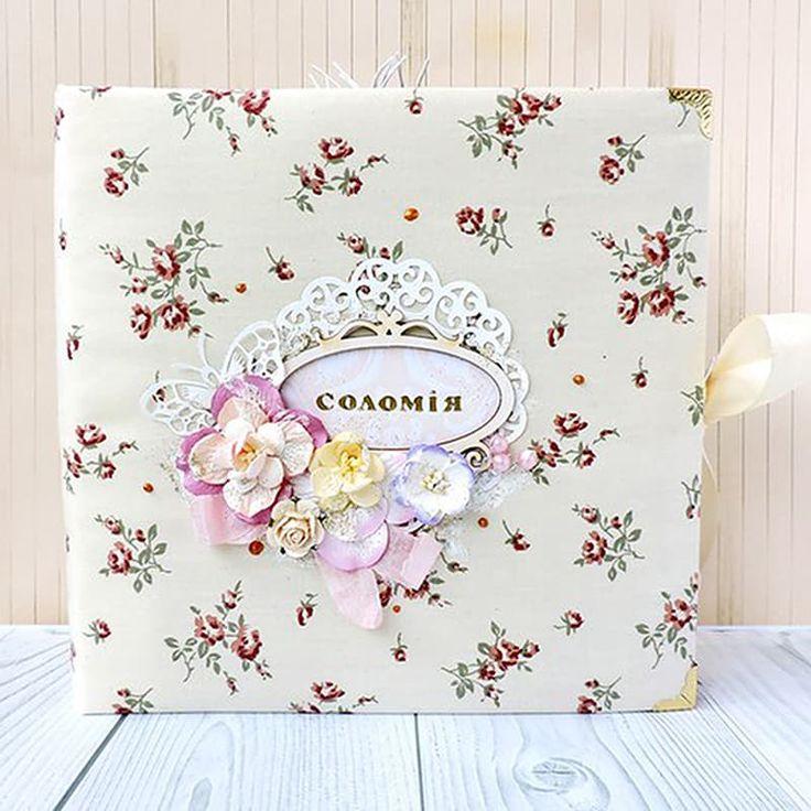 Изящный дизайнерский фотоальбом в подарок для девочки Элегия в стиле «шеби-шик» ручной работы для поздравления маленькой принцессы в день рождения, крестины или к любому важному событию. Обложка - плотный 2мм переплётный картон, обтянутый 100% американским хлопком с цветочным принтом пас