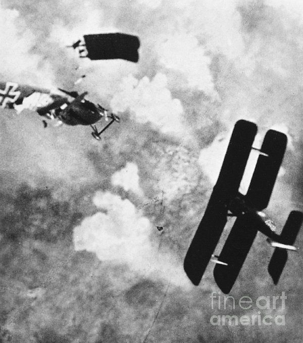 SE 5 and Fokker DVII, 1918 - believed to be a genuine combat photo, though much was faked in the 1920s and 1930s to illustrate 'memoirs'.