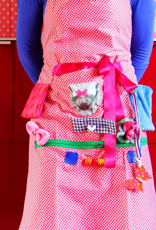 Fieve: Voelschort   This amazing apron is made by a lovely blogger who works with dementia patients. All the tactile elements keep them engaged