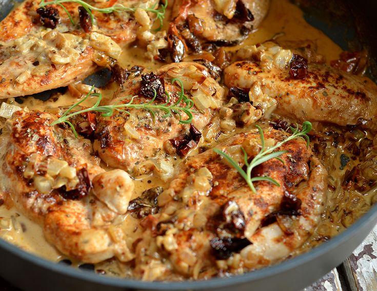 Pierś z kurczaka z suszonymi pomidorami, w kremowym, przepysznym sosie to obiad do wykonania w 15 minut. Danie idealne na przyjęcia i spotkania rodzinne.