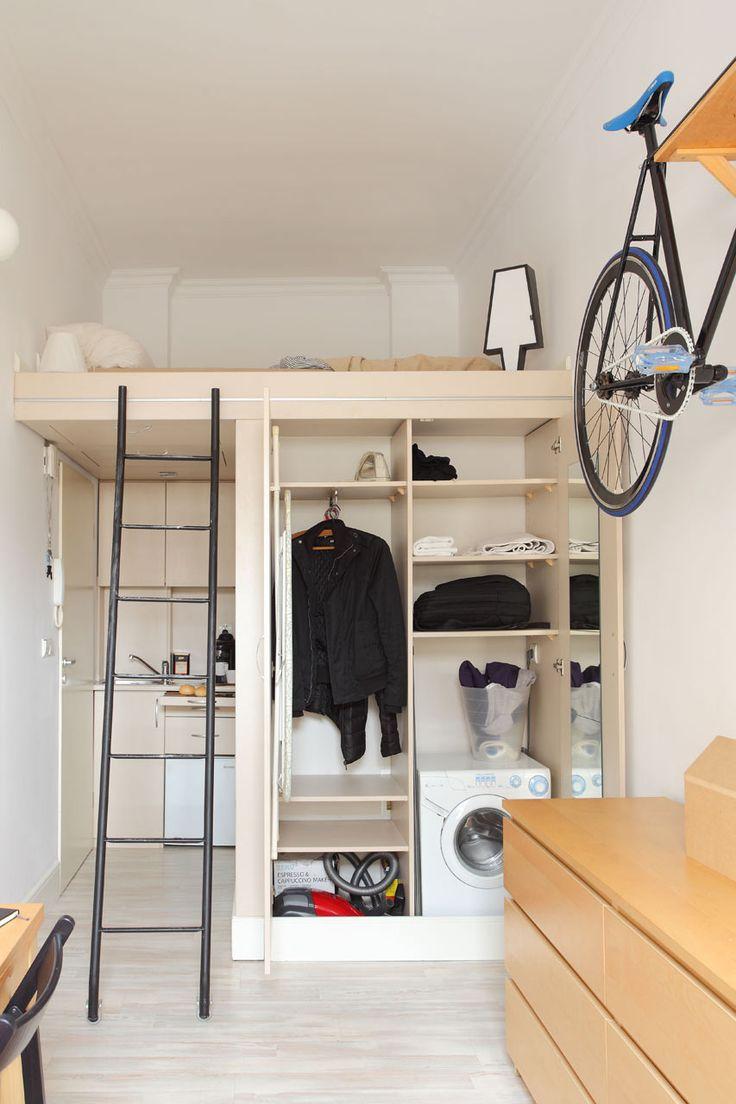 頭上と空中の活用】おもしろさのある8畳弱の狭小ワンルーム | 住宅デザイン 8畳弱の狭小ワンルームのロフトベッドルームとその下のクローゼットを