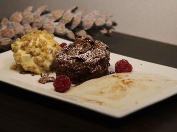 Schokoladensoufflé, Eierliköreis im Walnusskrokantmantel und Birnen-Espuma - Rezept