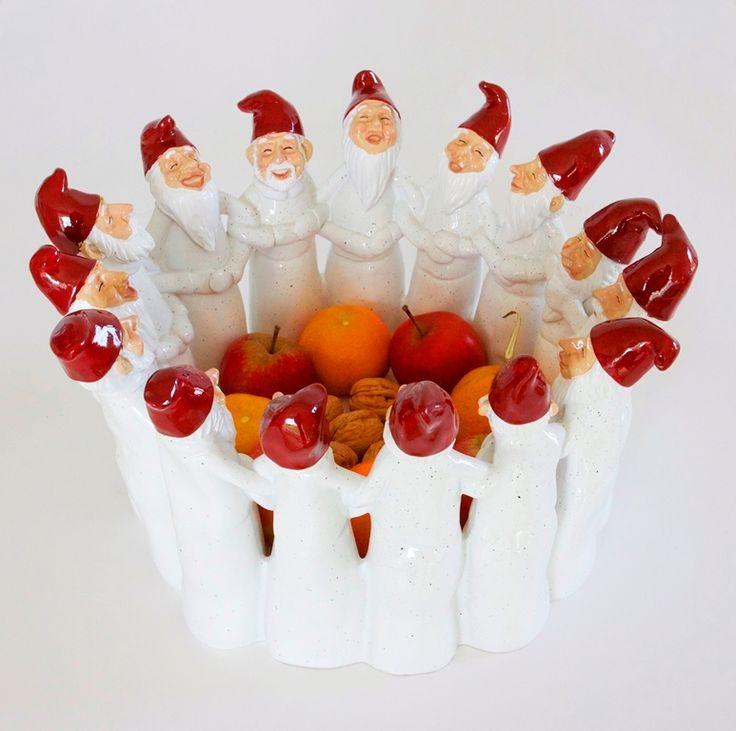 Lad den glade julestemning fra de skønne, dansende nisser brede sig i din egen stue. Eksklusive gamle, autentiske, nordiske nisser i ring udgør her en stor, flot juleskål. Fyld den med nødder, æbler, klementiner og andre julelækkerier. Utrolig flot udført i knust italiensk marmor. Julepynt som emmer af skandinavisk jul og som du vil glæde dig til at tage frem år efter år! Mål: 32 x 32 x 18,5 cm  http://lavinia-interior.dk/shop/flot-stor-dansende-477p.html